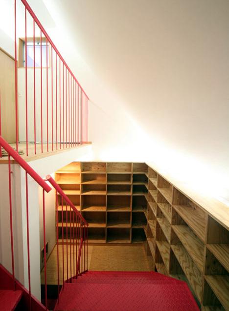 Escalera con librería con zona de paseo para gatos