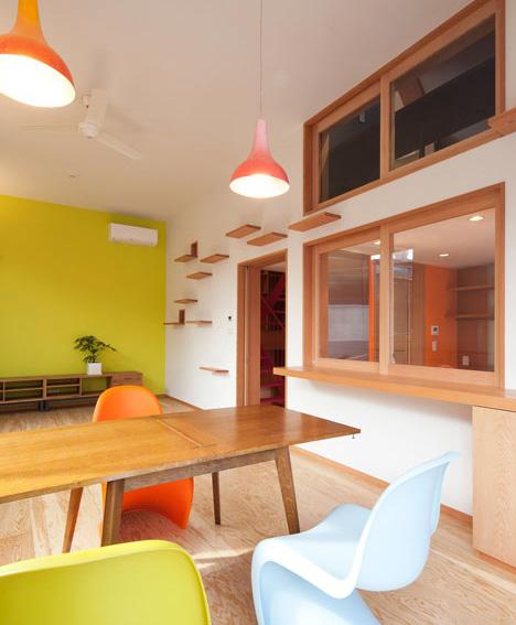 Sistema de estantería para gatos para subir paredes y llegar a otras habitaciones y el piso superior por una ventana.