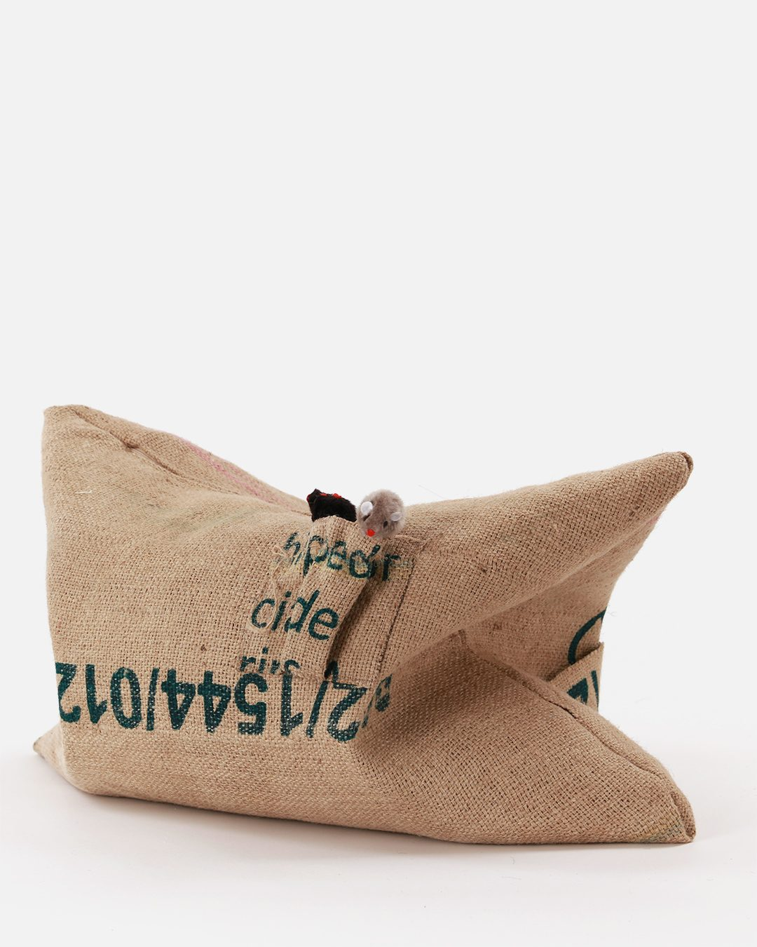 Pillow for cats to sleep and scratch RECYCLE-CAT made of recycled coffee-sacks with bag for toys.