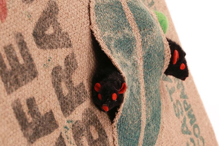 detalle de rascador para gatos recycle-cat de The-Cat-Design bolsita con ratoncitos