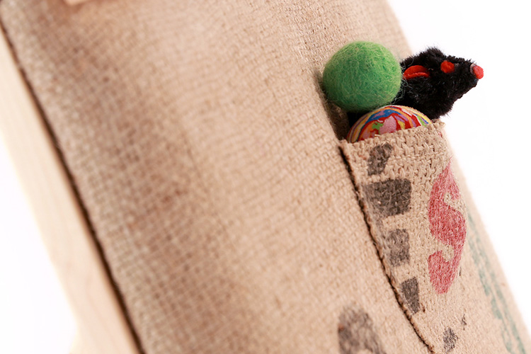 detalle de juguetes de rascador para gatos recycle-cat de The-Cat-Design hecho de material reciclado