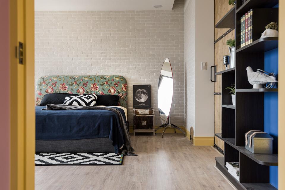 dormitorio con puerta para gatos de Haodesign